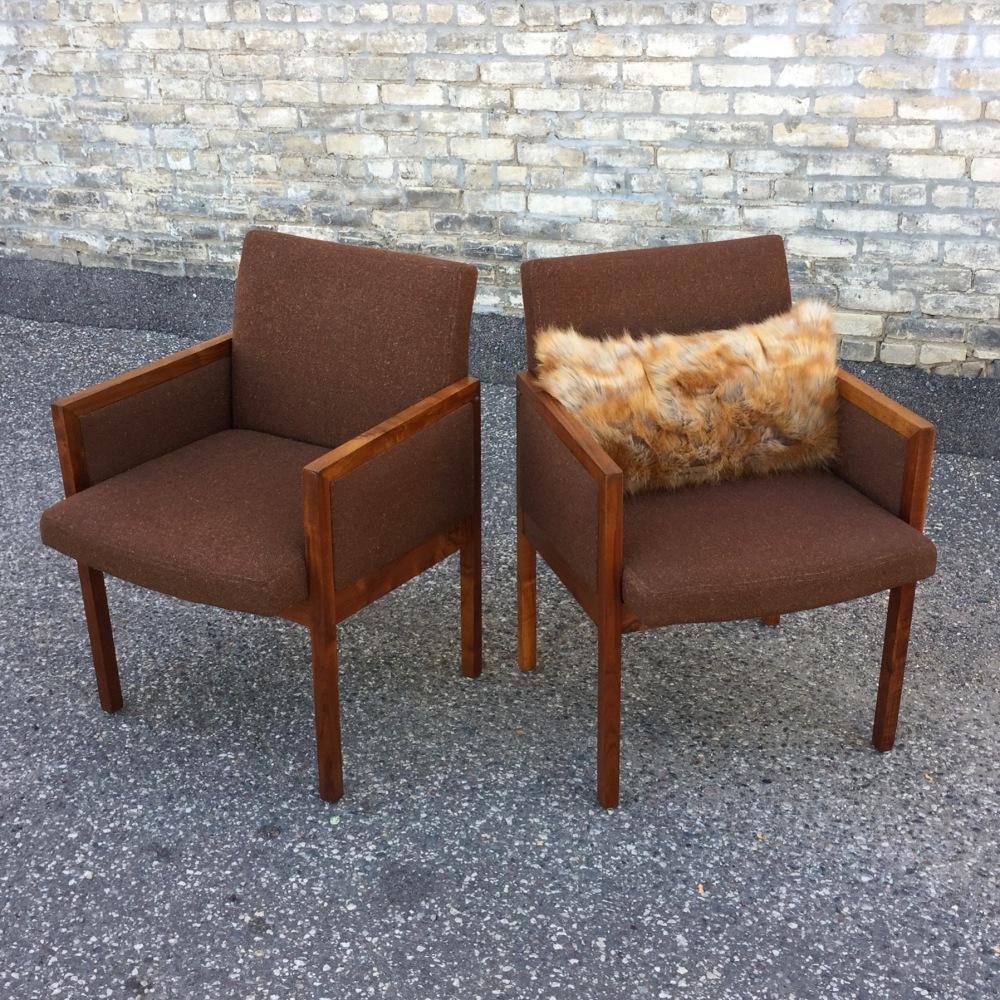 NNK_chairs_walnut-cube_2